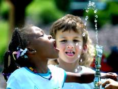 kids-at-fountain